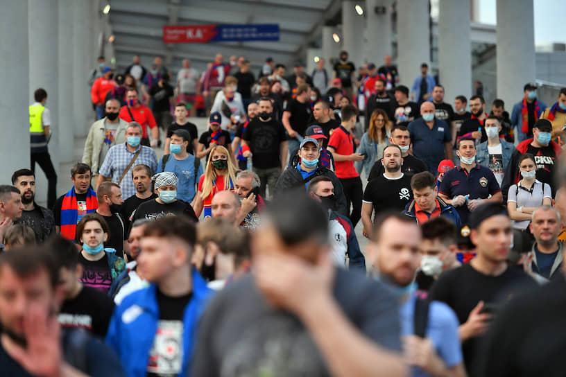 Зрители матча «Зенит»—ЦСКА проходят на стадион