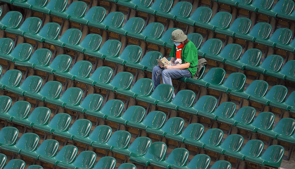Болельщик «Локомотива» на трибуне во время матча «Локомотив»—«Оренбург»