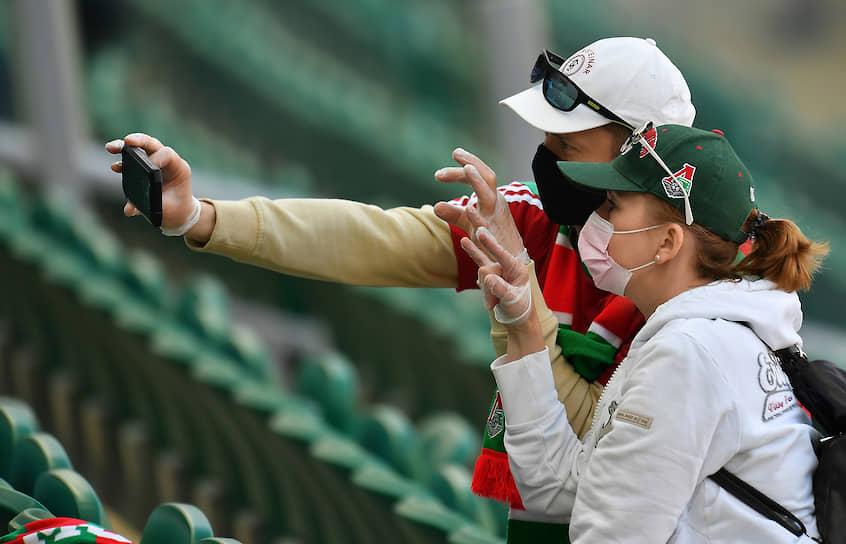 Болельщики перед началом матча «Локомотив»—«Оренбург» на трибуне стадиона