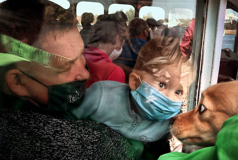 Самара. Пассажиры теплохода во время переправы по маршруту Самара—Рождествено