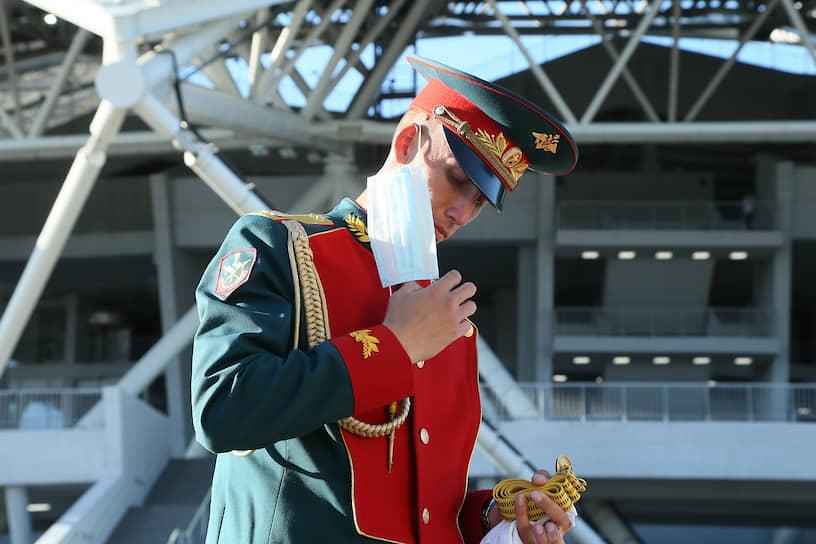 Зритель в маске на матче «Крылья Советов»—«Ахмат»