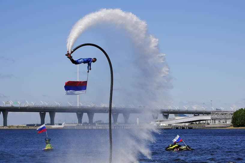 Санкт-Петербург. Член сборной России по гидрофлаю во время показательных выступлений