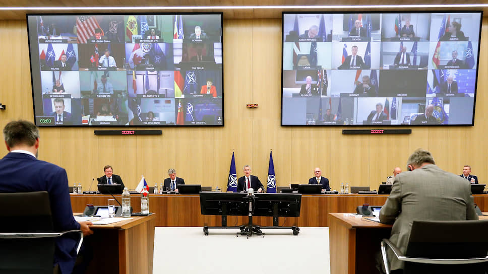 Онлайн-консультация министров обороны НАТО, в центре стола — генеральный секретарь альянса Йенс Столтенберг