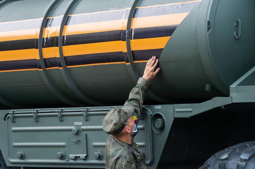 Осмотр военной техники перед репетицией