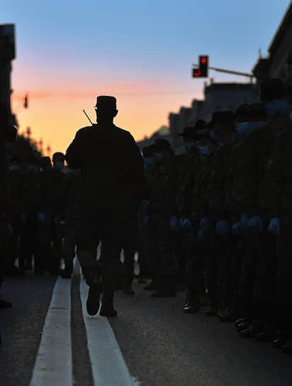 14 июня. Экипажи боевых машин на Тверской улице направляются на пешую тренировку на Красную площадь