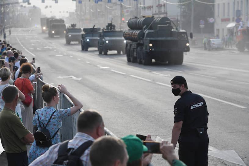 До этого почти неделю участники парада тренировались на полигоне в Алабине, точно повторяющем топонимику Красной площади