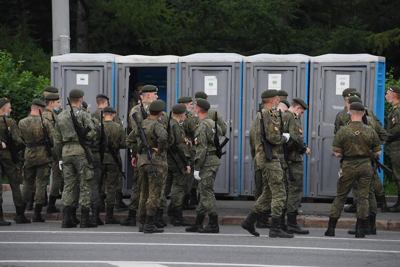 Военнослужащие возле уличных туалетов перед началом репетиции парада