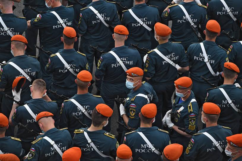 Военнослужащие МЧС перед началом репетиции парада