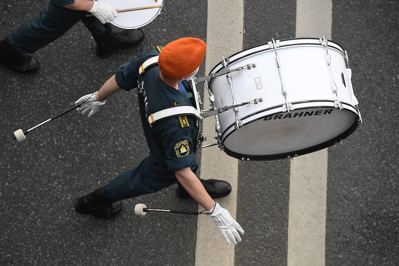 Движение открыли барабанщики, за ними под звуки сводного оркестра из 900 музыкантов парадным шагом прошли 14 тыс. военнослужащих
