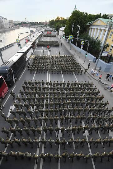 Военнослужащие перед началом репетиции парада 17 июня