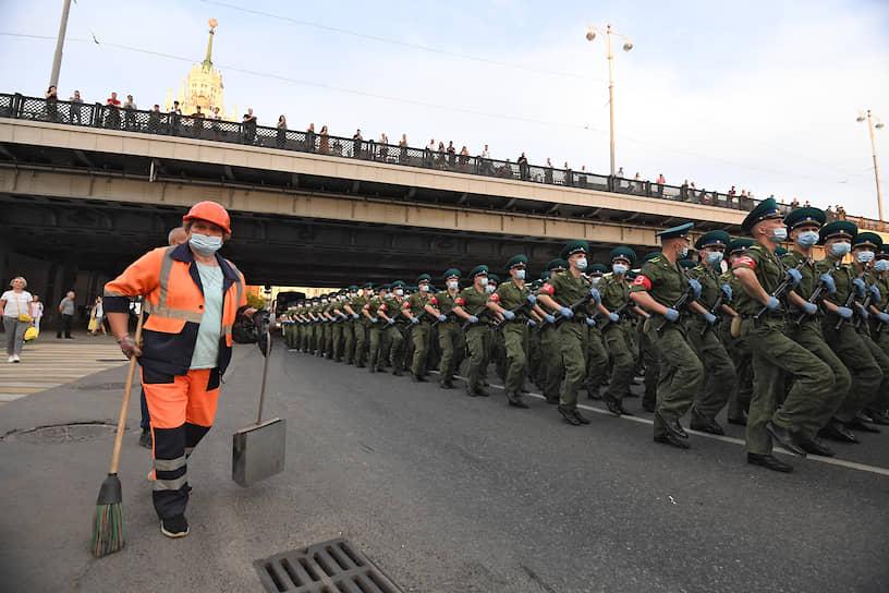 Военнослужащие в строю перед началом репетиции парада