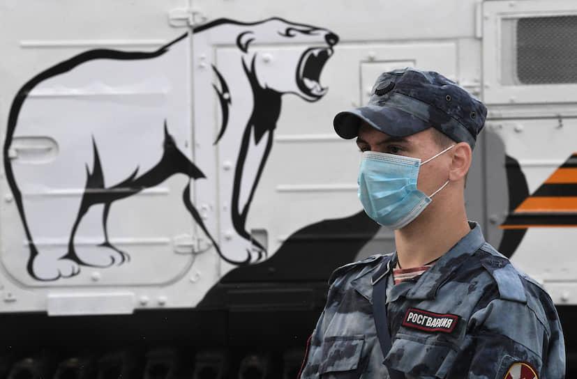 Военнослужащий возле зенитного ракетно-пушечного комплекса «Панцирь-СА»