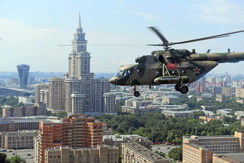 Вертолет Ми-8 во время репетиции парада