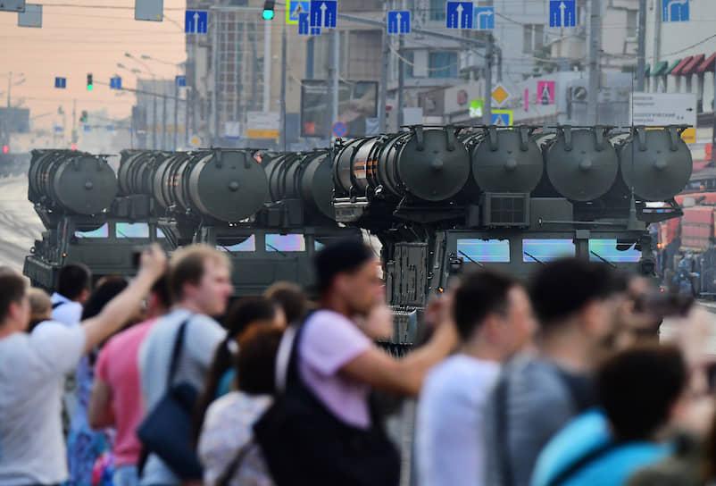 За проездом военной техники по городу наблюдали многочисленные зрители