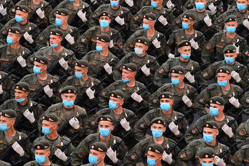 Военнослужащие во время марша 18 июня