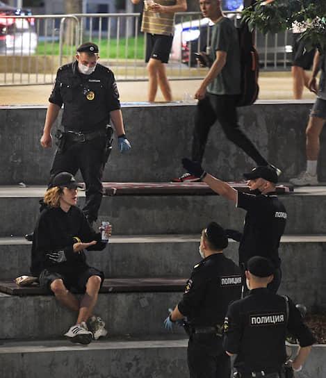 Сотрудники полиции и отдыхающие на Хохловской площади