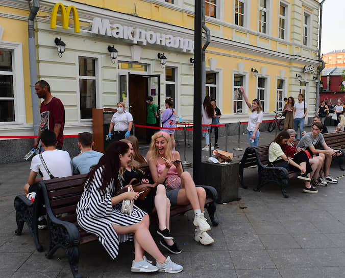 Лавочки в районе станции метро «Третьяковская»