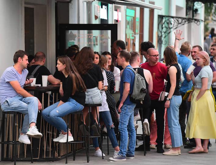 Летняя веранда кафе в районе станции метро «Третьяковская»