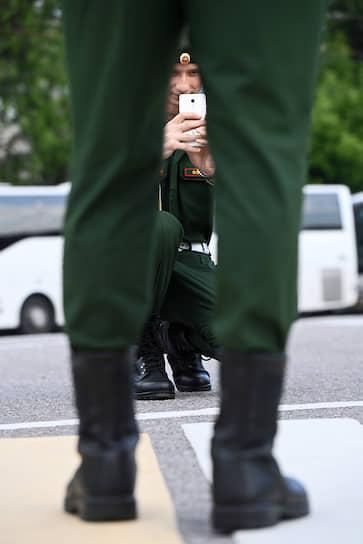 Военнослужащие фотографируются перед началом репетиции