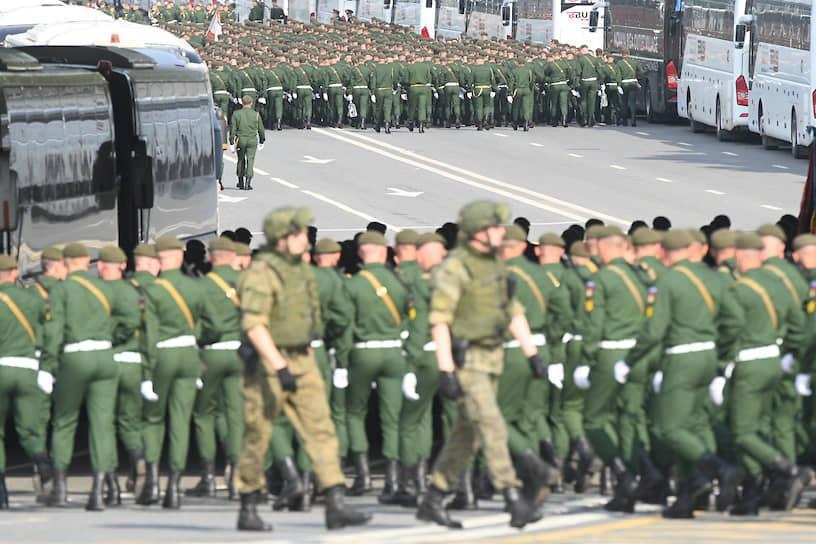 В ходе генеральной репетиции 20 июня в составе пешей колонны по Красной площади промаршировало более 40 парадных расчетов
