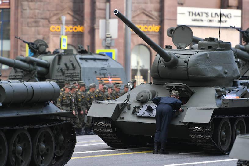 Проезд боевой техники по Тверской улице 20 июня
