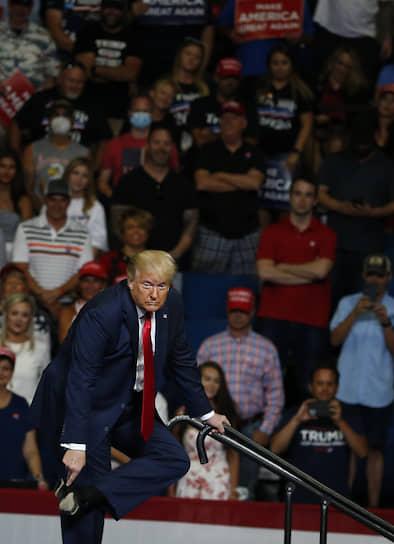 Дональд Трамп показал участникам митинга кожаные подошвы своих ботинок, чтобы доказать: после обращения к выпускникам Уэст-Пойнта он медленно спускался с лестницы не из-за проблем со здоровьем, а оттого, что боялся поскользнуться