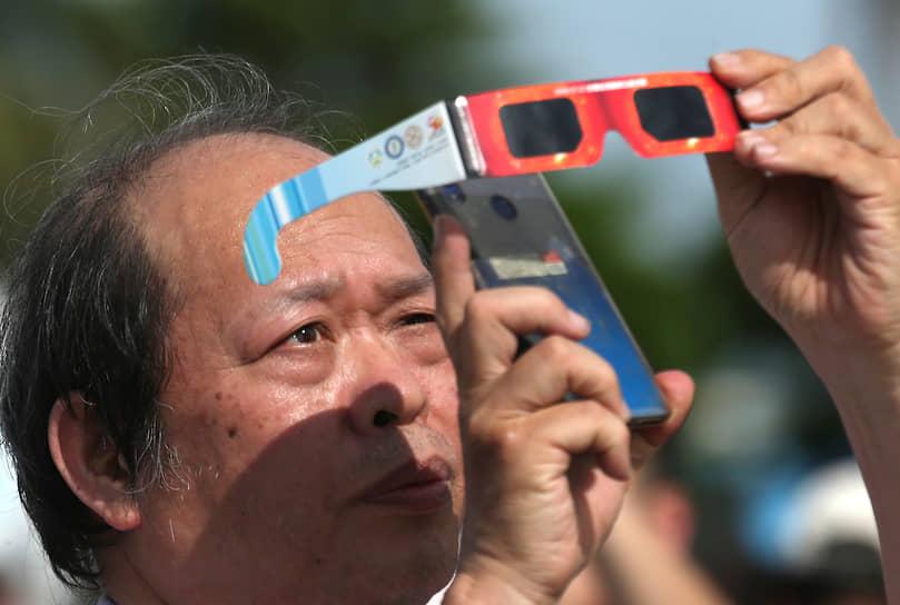 Мужчина на Тайване фотографирует редкое явление через темные очки