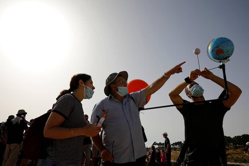 Зрители наблюдают затмение в Иерусалиме