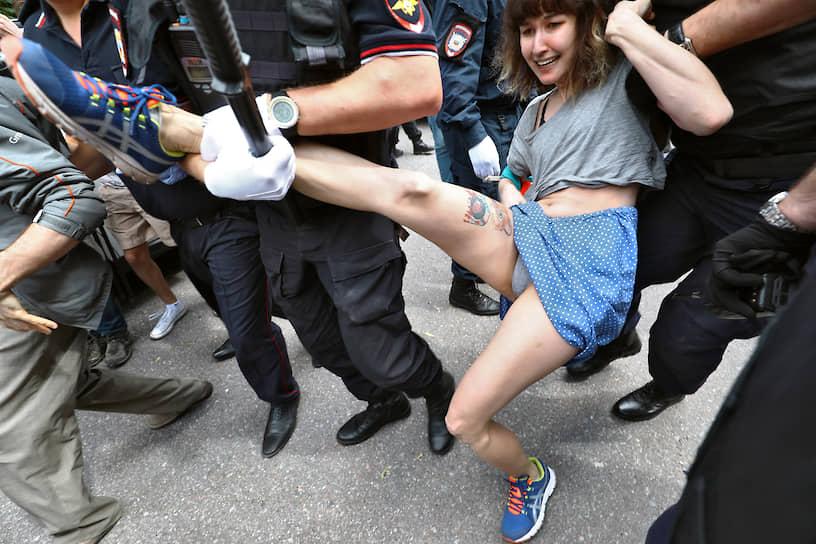 Санкт-Петербург, Россия. Сотрудники полиции задерживают активистов у здания суда после приговора по делу «Сети»