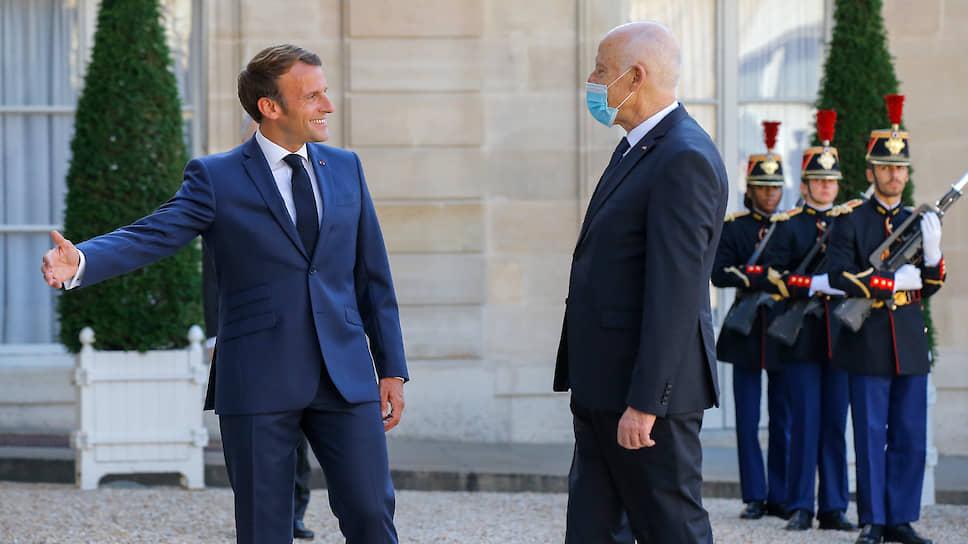 Президент Франции Эмманюэль Макрон (слева) и президент Туниса Кейс Саид