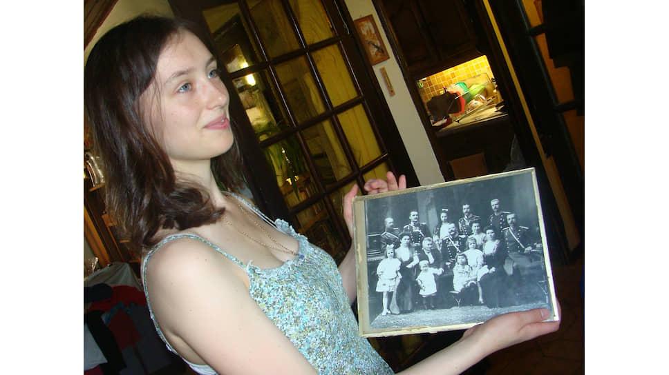 Лара Кауте с фотографией семьи прадеда