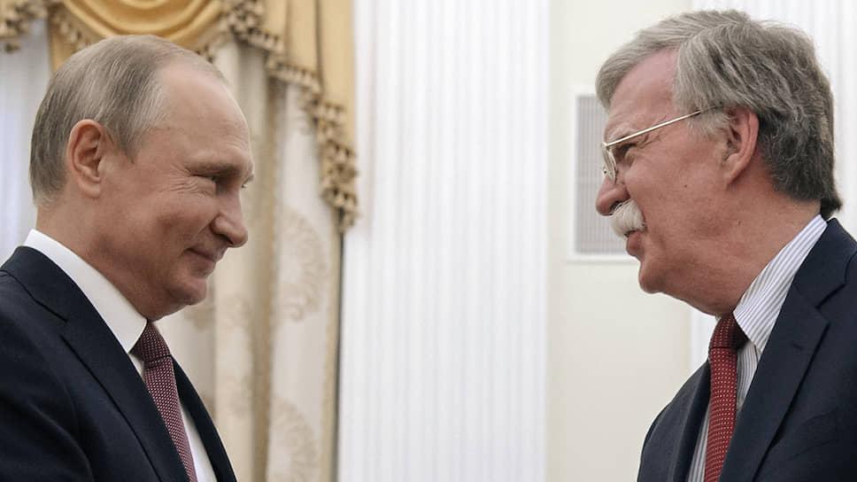 Президент России Владимир Путин (слева) и советник президента США по национальной безопасности Джон Болтон в июне 2018 года