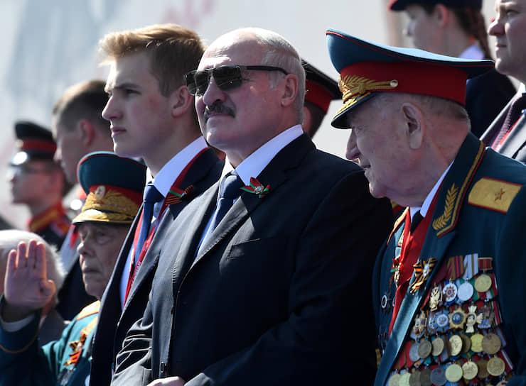 Президент Белоруссии Александр Лукашенко с сыном Николаем (слева) на параде в Москве