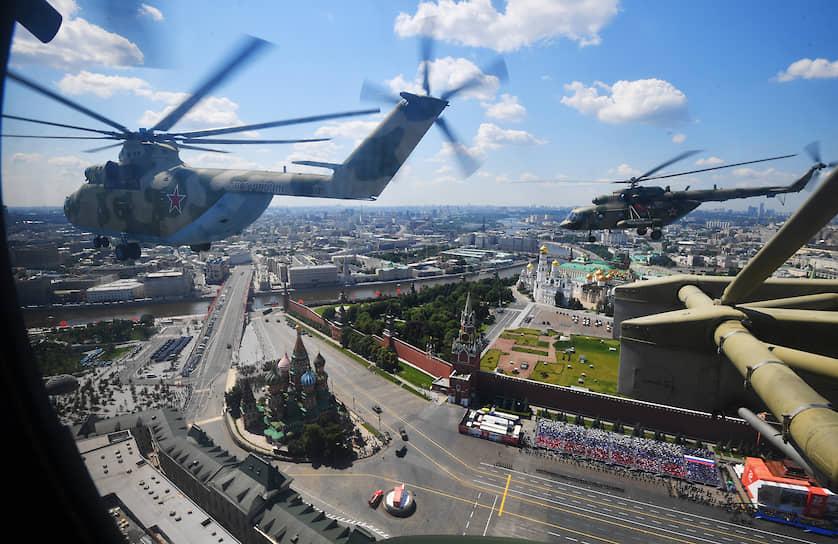 Вертолеты в небе над Красной площадью