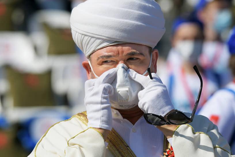 Председатель Совета муфтиев, председатель Духовного управления мусульман России Равиль Гайнутдин перед началом парада