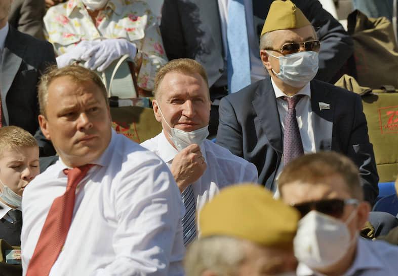 Вице-спикер Госдумы Петр Толстой (слева) и глава госкорпорации ВЭБ.РФ Игорь Шувалов (в центре) перед началом парада