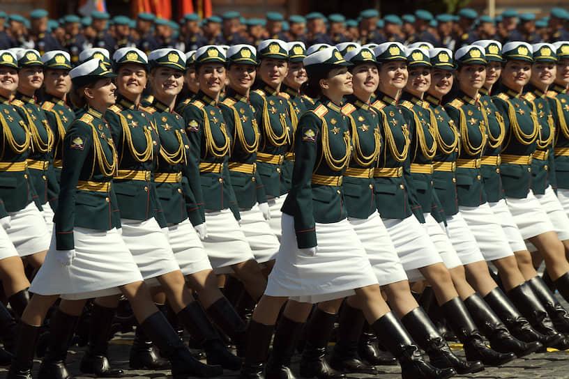 Женщины-военнослужащие на параде в Москве