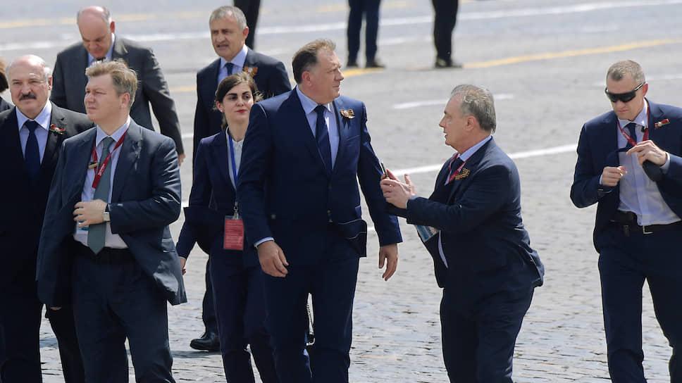 Президент Южной Осетии Анатолий Бибилов (четвертый слева), президент Абхазии Аслан Бжания (второй слева) и президент Республики Сербской Боснии и Герцеговины Милорад Додик (в центре)