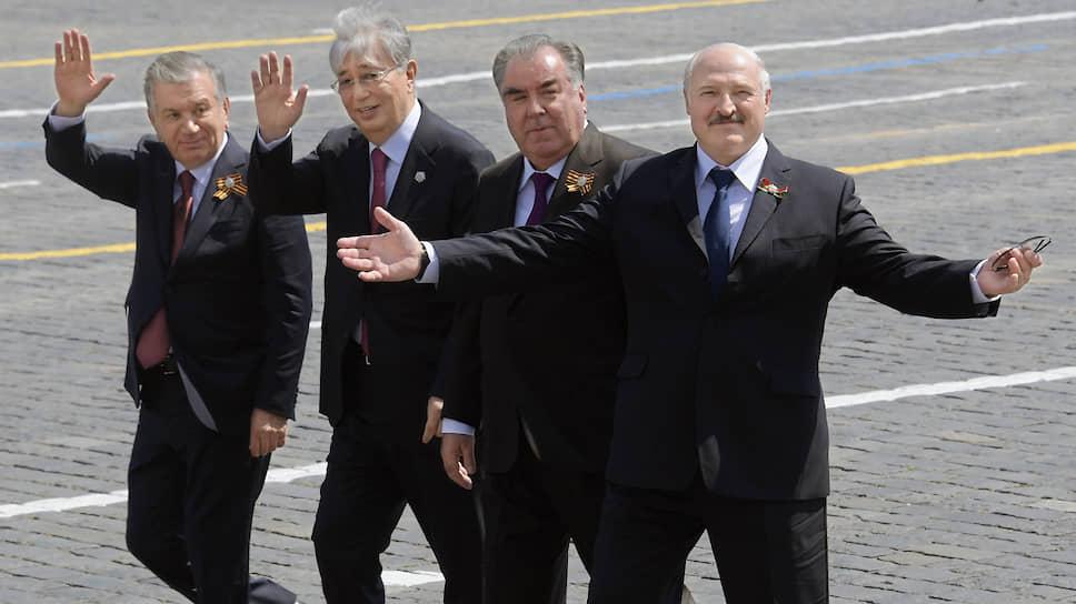 Слева направо: президент Узбекситана Шавкат Мирзиеев, президент Казахстана Касым-Жомарт Токаев, президент Таджикистана Эмомали Рахмон и президент Белоруссии Александр Лукашенко