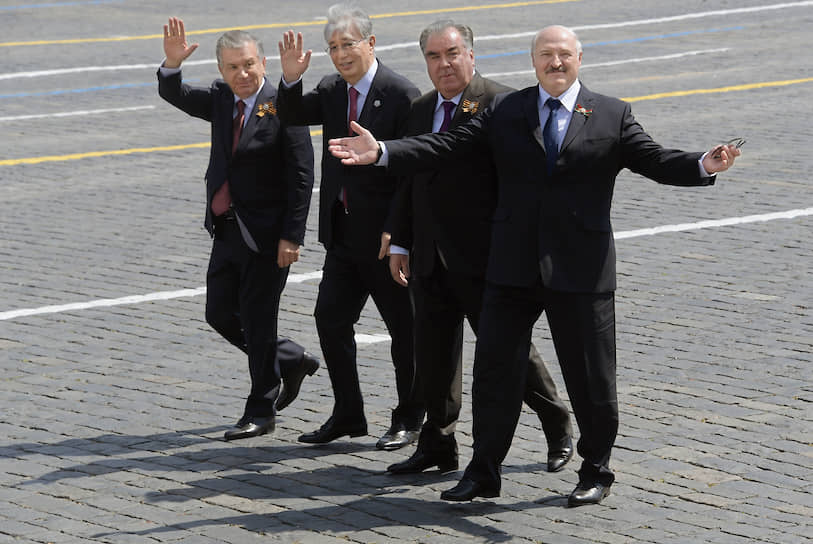 Слева направо: президент Узбекистана Шавкат Мирзиеев, президент Казахстана Касым-Жомарт Токаев, президент Таджикистана Эмомали Рахмон и президент Белоруссии Александр Лукашенко после окончания парада