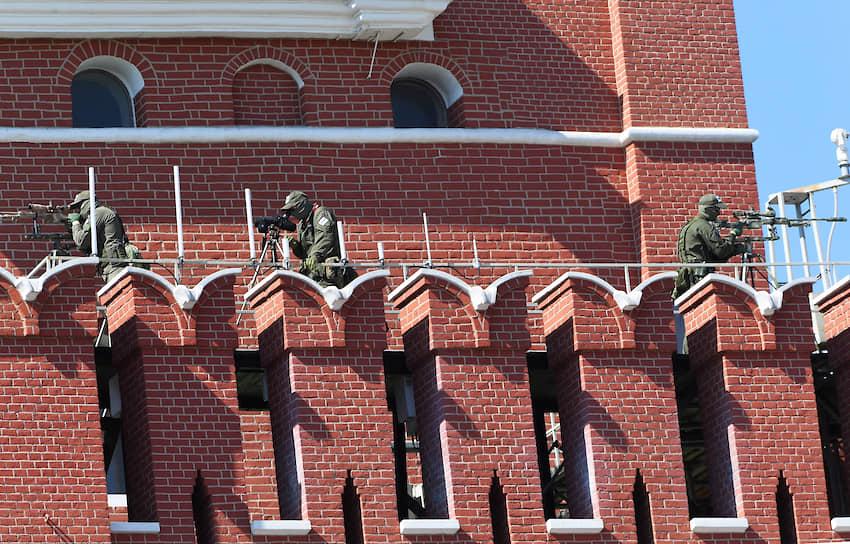 Снайперы на стенах Кремля во время парада