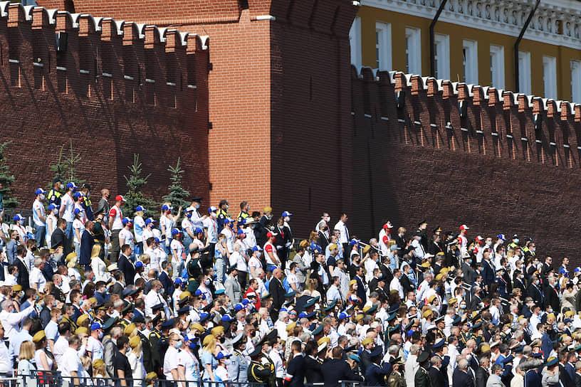 Зрители во время парада на Красной площади