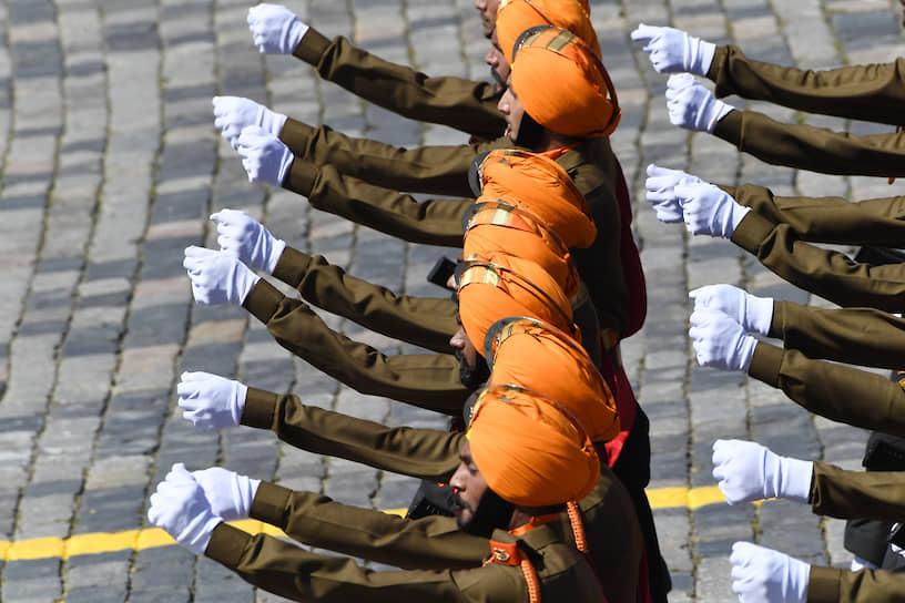 В параде также приняли участие военные из Азербайджана, Армении, Белоруссии, Индии, Казахстана, Киргизии, Китая, Молдавии, Монголии, Сербии, Таджикистана, Туркмении и Узбекистана
