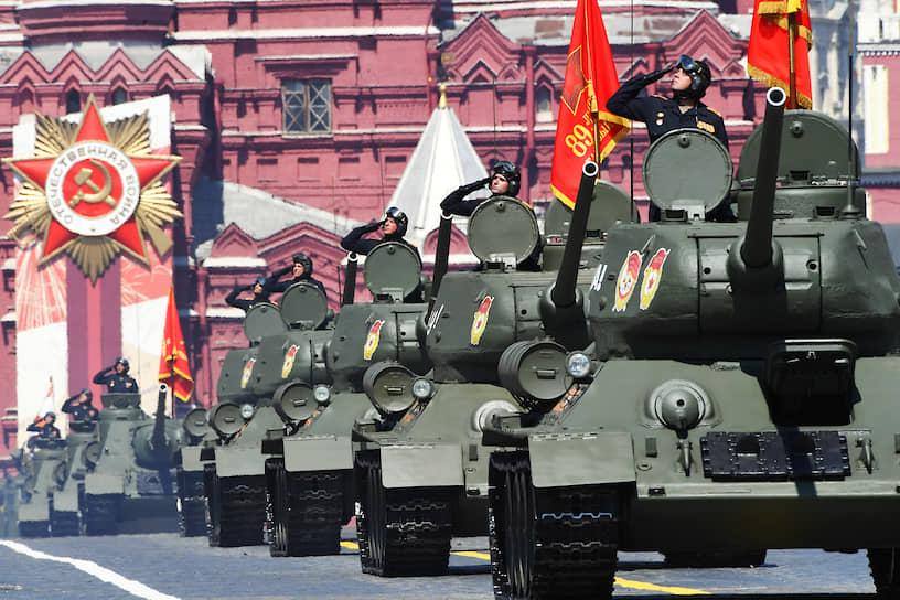 Колонна танков Т-34-85 на Красной площади
