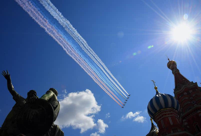 Самолеты окрасили небо над Москвой в цвета российского флага