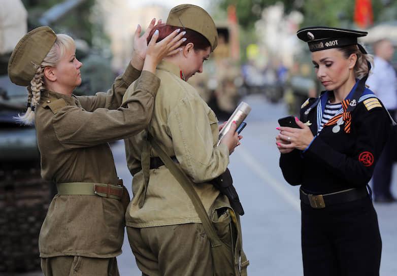 Проход на площадь Павших борцов в Волгограде был по пригласительным билетам. Зрителями стали ветераны, почетные граждане, социальные работники, врачи, передовики различных отраслей