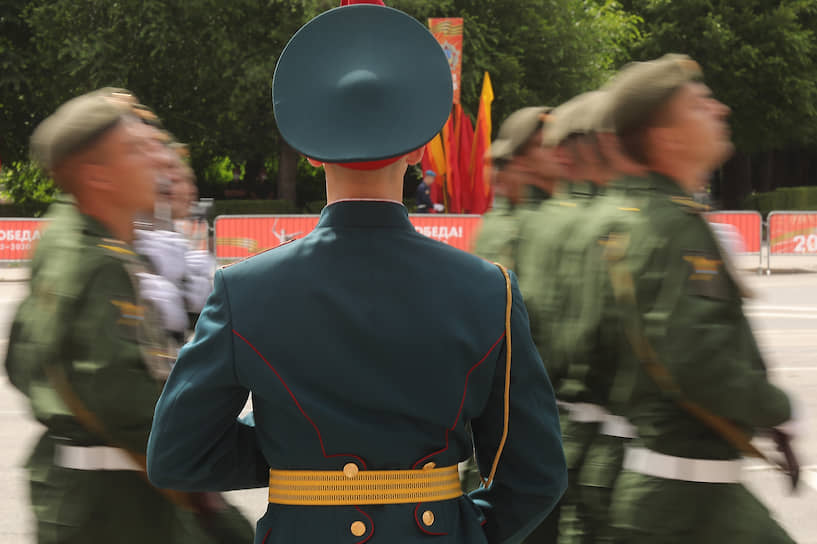 Военнослужащие на параде в Волгограде