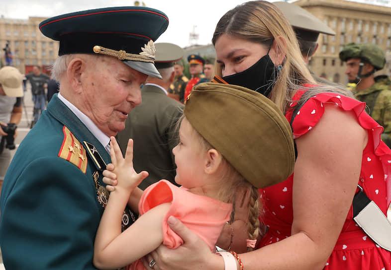 Поздравление ветерана на площади Павших борцов в Волгограде