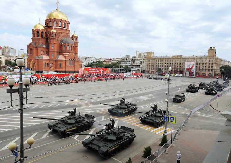 В Волгограде военный парад прошел на площади Павших борцов