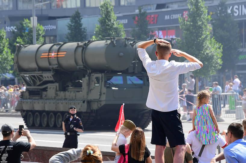 Проезд военной техники по улице Новый Арбат в Москве